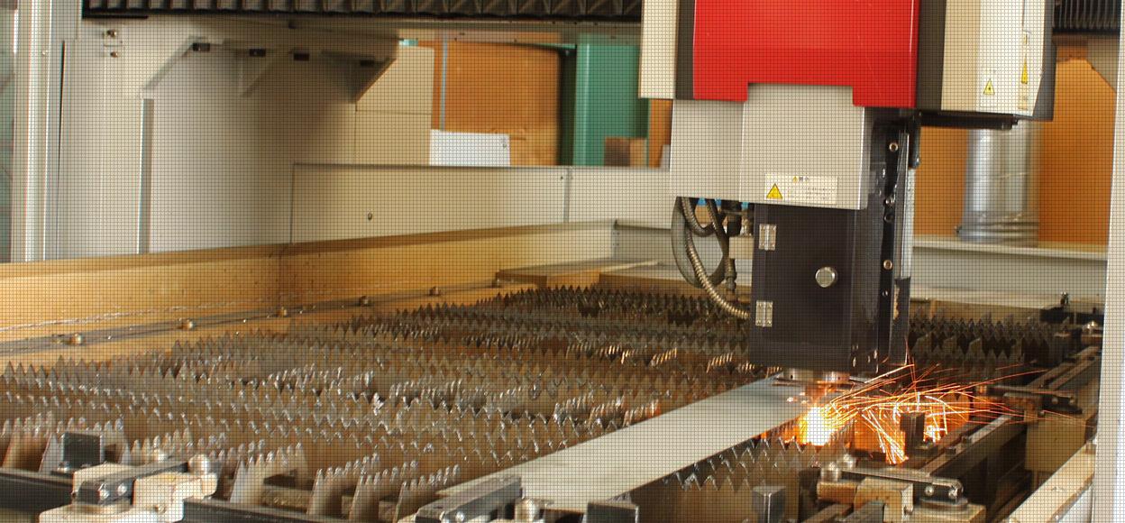 松田製作所のレーザー加工作業風景